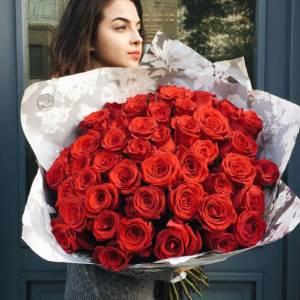 Букет 35 крупных красных роз в крафте R897