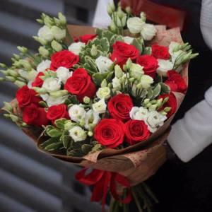 Сборный букет красные розы и белая эустома R1116