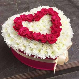 Большая коробка сердце с розами и хризантемами R1139