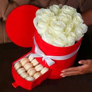 Коробка с розами и макаронсами R149
