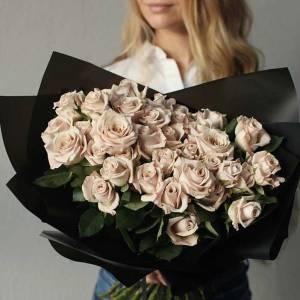 Букет 51 кремовая роза в черном крафте R470