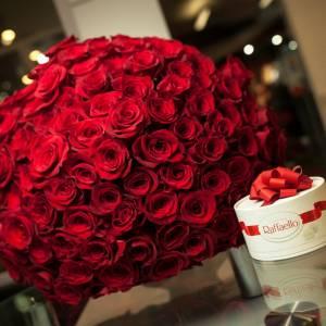 Букет 101 красная роза и Рафаэлло R460